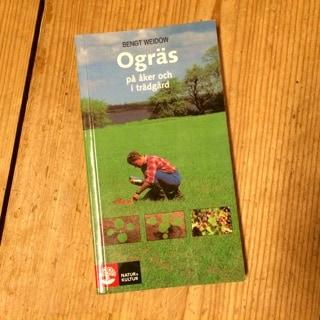 På lantbruksskolan hade vi den här som kursbok och vi fick i uppgift att lära oss de tio vanligaste ogräsen på vår egen mark – kan man det klarar man sig långt.