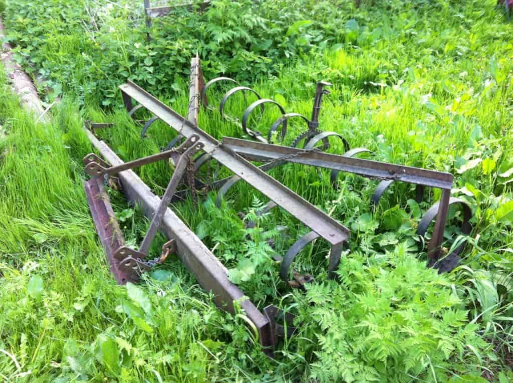 C-pinne harven efter att jag plockar bort all mossa och skog som växte på den. En nätt liten mackapär. Inte många av dagens konstruktioner som skulle funka efter att ha stått parkerade så länge i skogen.