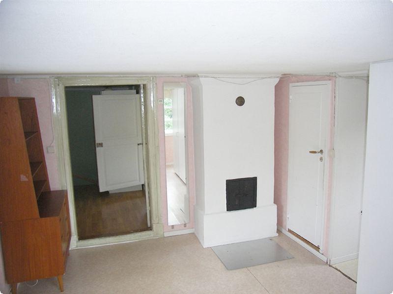 När jag flyttade in var det rosa vävtapet, dito plastmatta och två väggfasta garderober i rummet.