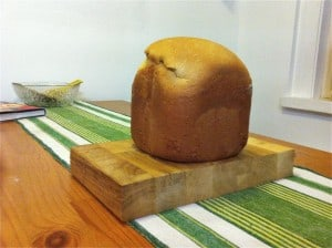 Eftersom det bakas i en hink så blir det bröd på höjden. Stora skivor, men goda skivor.