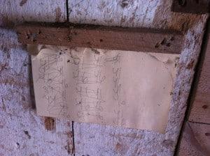 Utanför hönshuset sitter en tavla med papperslappar. Vad har de räknat? Kan de ha hämtat drygt 40 ägg per dag härifrån?