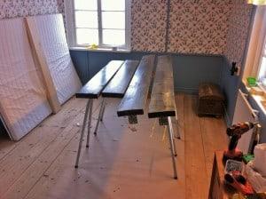 Andra lagret lack håller på att torka. Även om Ikea inte får sålt någon säng till mig så kommer jag att använda deras mittbalk för 99 kronor.