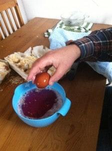 Äggen doppas i Virkon för att döda eventuella bakterier och virus. Och jag vet... Jag borde ha haft handskar på mig.