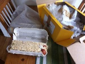 När man skickar ägg måste de vara väldigt bra förpackade, papper och spån runt äggen i en igentejpad kartong. Sen bubbelplats i flera lager runt kartongen och frigolitchips runt hela härligheten i en stor stabil kartong.