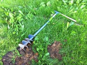Jordborren gjorde ett utmärkt jobb. Ta bort grässvålen med spade. Därefter är det bara att skruva några varv, lyfta och skaka bort jorden, och därefter skruva några varv. 50 centimeters hål gick på några minuter - och då har jag riktigt stenig morän där jag bor.