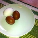 Maranägg bredvid ett vanligt köpeägg. Den här färgen ska de ha, vet att de kan bli ljusare när hönsen värper mer, men visst ser det lovande ut. Storleken beror på att hönan är nybörjare på äggläggning.
