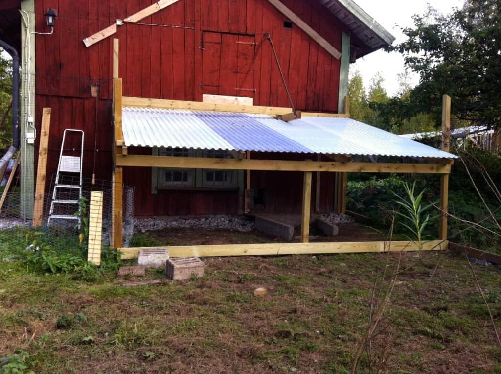 Det fick bli lite specialkonstruktion eftersom jag vill ha tillgång till höloftet ovanför hönshuset även i framtiden.