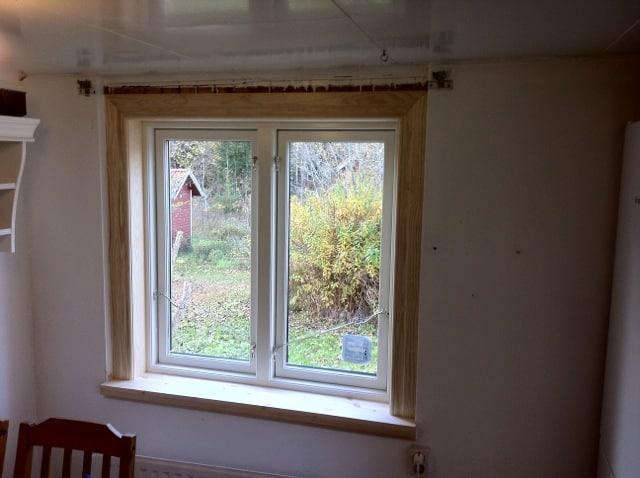 Fodren och fönsterbänkarna ska jag måla själv. Men snickarna har fått till det riktigt bra tycker jag. Och än en gång: Nu kan jag öppna fönstren!