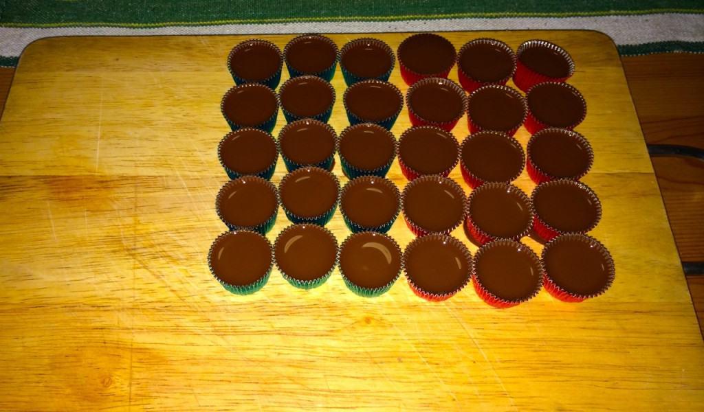 Äkta ischoklad upphälld i formar. 100 gram choklad och lika mycket kokosfett.