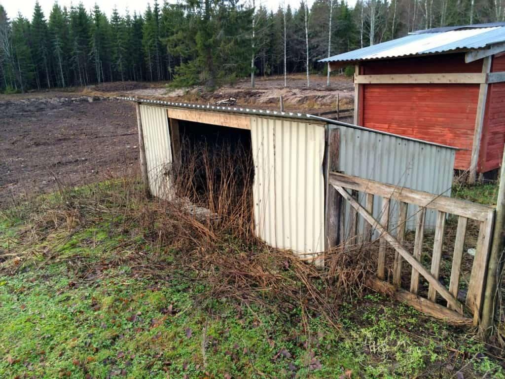 Här låg tidigare en kaninhage och kaninerna hade ett litet skjul att hålla till i. Eftersom kaninen inte ligger inom planeringen för de närmaste åren får skjulet ge plats för nya byggnader.