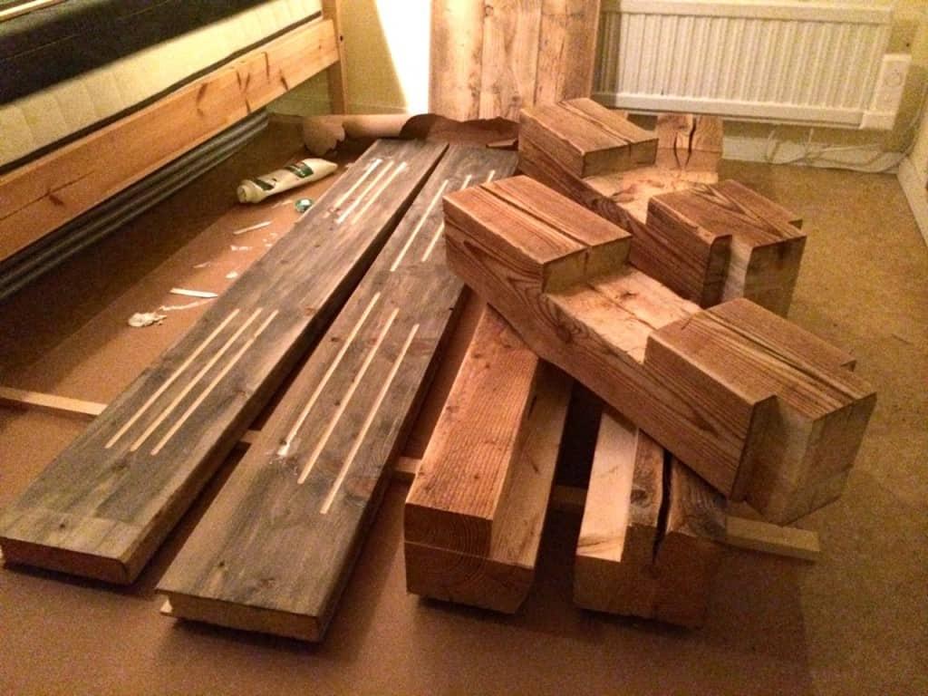 Sex tum sex till sängstolpar och två tum åta till gavlar och sidor. Jag har använt en del beslag till sängramen men i övrigt ska den sättas ihop med träplugg.