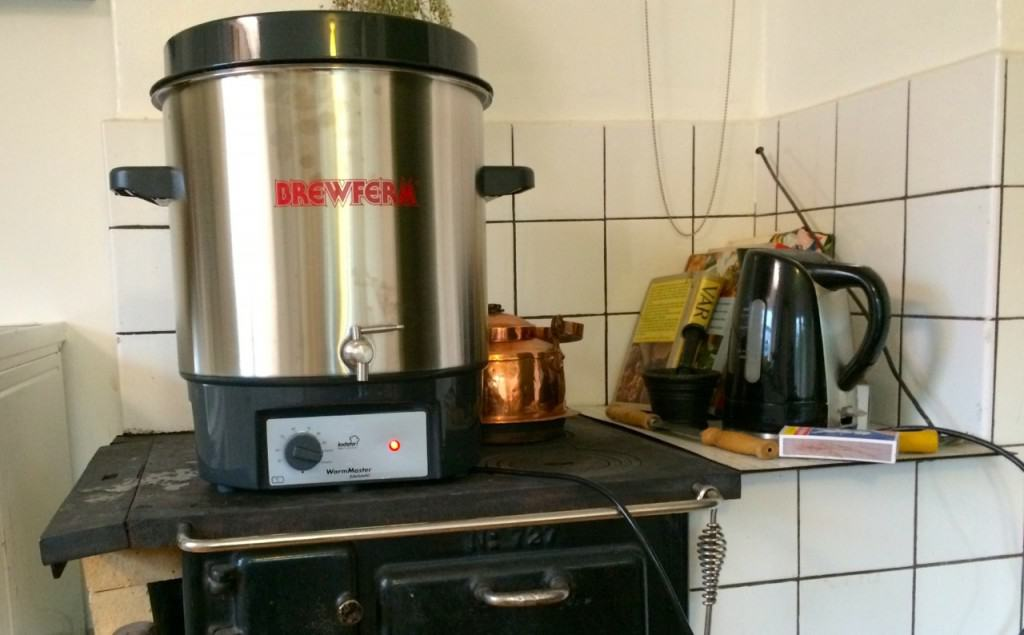 Fungerar på vedspis, Min elektriska kokare rymmer 27 liter, men det känns tryggare med lite marginaler.
