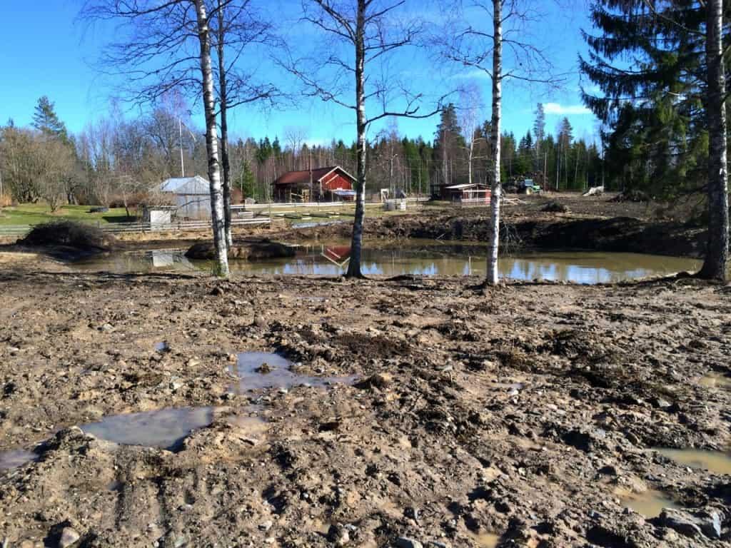 Tror att det är leran från marken runtomkring som grumlar vattnet.