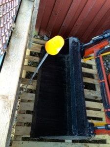 Satte en liten varningspinne med plastmugg längst in i garaget. tror det minskar risken att köra skopan genom väggen.