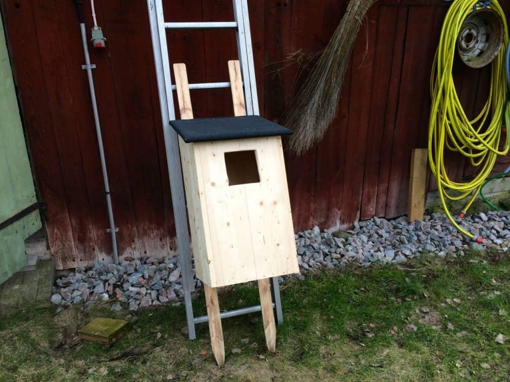 En kattuggleholk blir en rätt bastant möbel.. Man ska nog ta hjälp av någon när den ska sättas upp.