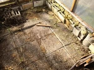 På sina ställen har det blivit svåra sättningar i marken. Här hade jag min 1000 liters farmartank stående – och det skulle inte vara roligt om den föll genom väggen.