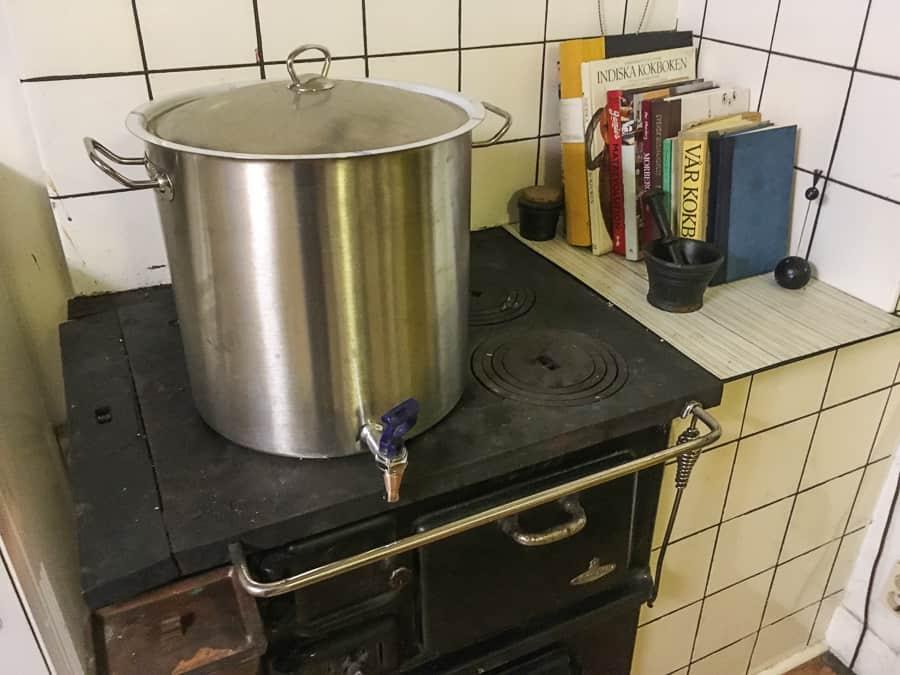 En rejäl gryta med vatten på vedspisen sparar värmen från spisen och värmer långt in på natten.