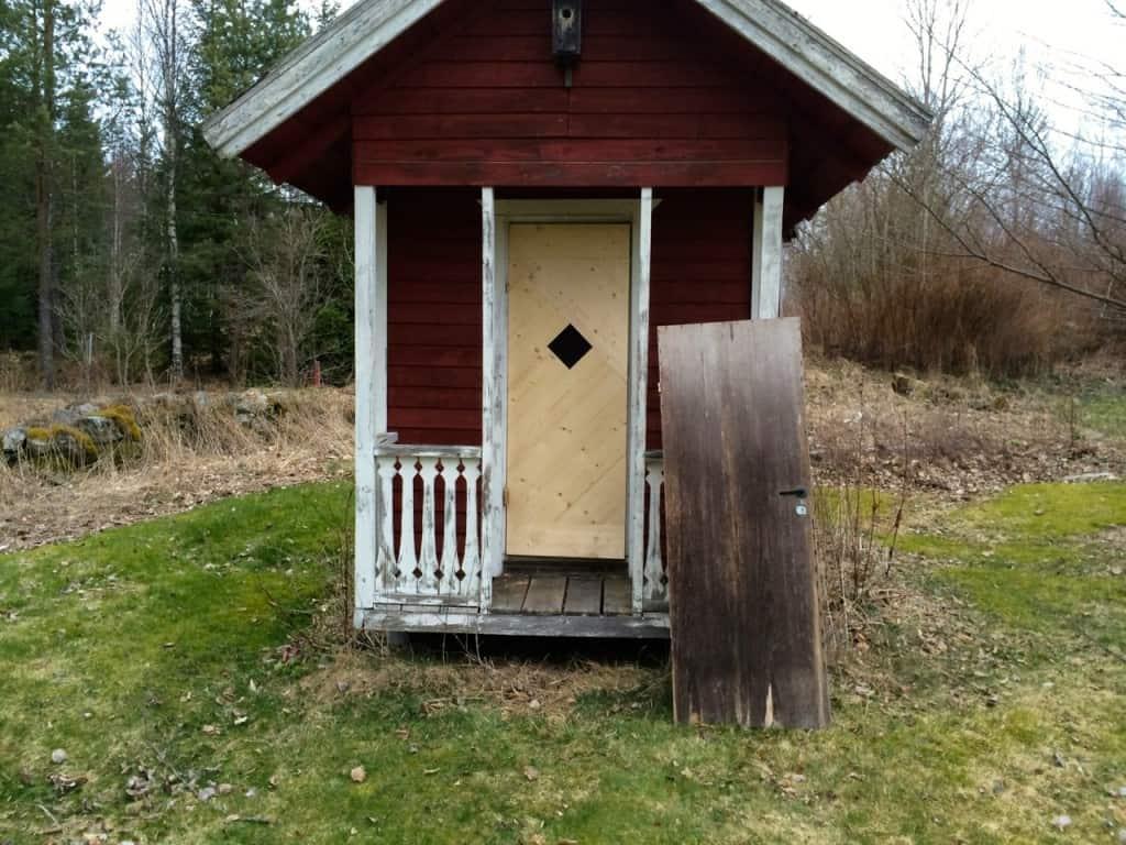 Nu sitter det en någorlunda fungerande dörr på lekstugan, en galna hade passerat bäst före dagen ganska rejält.