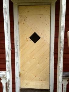Är rätt nöjd med min hemsnickrade dörr. Nu saknas bara fönster gångjärn och en lämplig färg för ett slungrum.