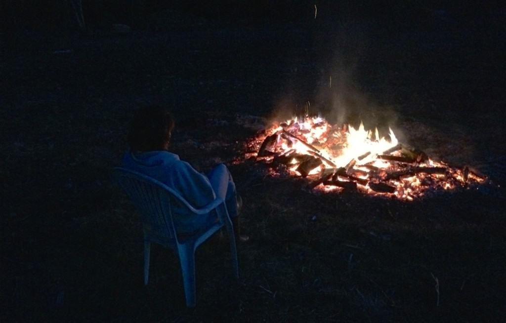 Tills sist fanns det bara en ensam eldvakt kvar vid glödbädden.