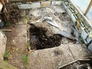 Under plattorna låg markduken direkt på matjorden och marken är vattensjuk så här års. Det blir att gräva bort matjorden och sen fylla på med grus så att tanken står stabilt.