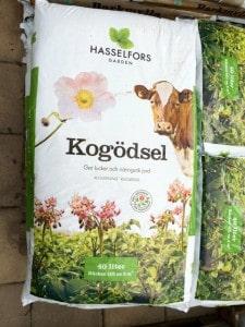 Visst ser det fint ut med kossor och blommor. 100 procent naturlig, står det också. Men man får läsa det finstilta för att upptäcka att andelen kogödsel i säcken är runt en procent.