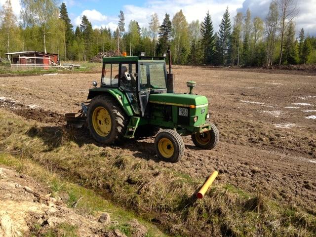 Började plöja längs med dikena, men var lite för feg för att gå ända ut till kanten. Litar inte helt på att kanterna håller för traktorn.