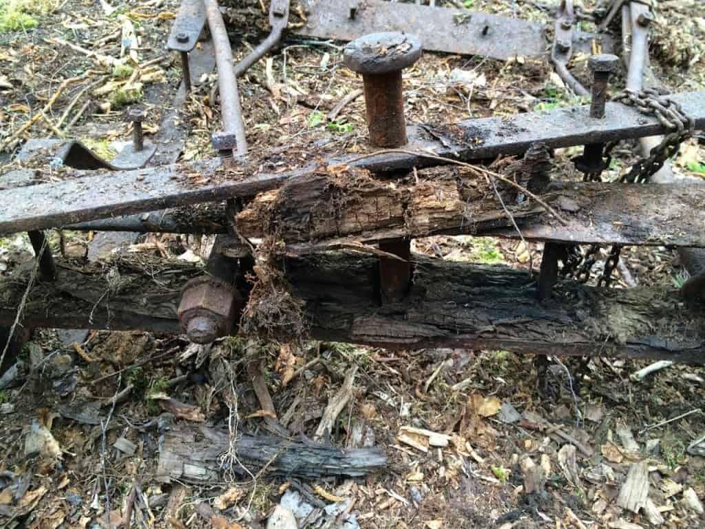 Detaljbild på svängarmen. Det sitter fortfarande kvar lite trärester på undersidan.