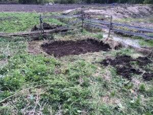 Grunden för skjulets nya hem. Grävde först ut ett par decimeter. Egentligen ska man gräva bort all matjord, men eftersom det ligger precis vid diket slutade jag gräva när jag kom ner till vattennivån.