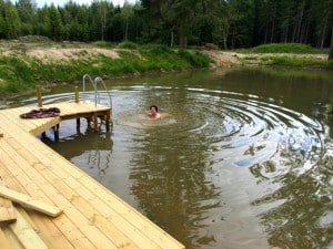 Pumah skällde upprört när min syster hoppade i vattnet. Hon har aldrig sett någon bada här förut. Sen tog Pumah tag i badhandduken och sprang iväg. Det hade vi väldigt roligt åt.