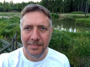 Den farligaste varelsen i sommarsverige är den svenske mannen. Varje år står han för tiotusentals attacker. (Mannen på bilden har aldrig attackerat någon.)