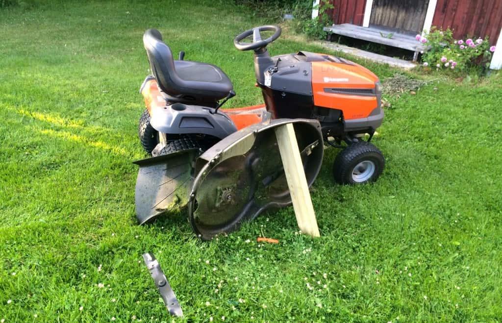 Tänkte avsluta dagen med att klippa ett par gräsmattor, med det går sällan som man planerat. Nu fick jag ägna mig åt reparation av åkgräsklippare istället.
