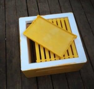 Det tog ungefär 45 minuter att vaxa tio ramar till en låda. Visst det går snabbare att smälta på en kaka på en tråd träram, men då är man inte lika självförsörjande.