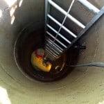 Med fötterna fem meter under jorden är det lite pilligt att komma åt med högtryckstvätten.