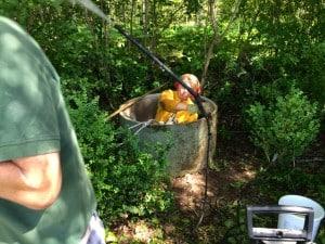 Att hantera högtryckstvätten med omvänt grepp för att komma åt överallt nere i brunnen är inte lätt...