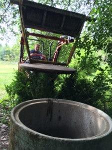 Precisionsjobb. Att lyfta brunnslocket för hand gick inte. Tur att man har lastare på traktorn.