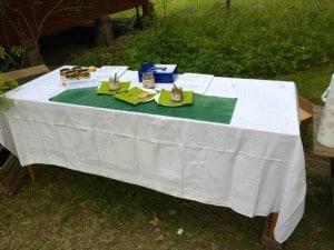Stor tabberaset närmar sig sitt slut. Bara några burkar med nyslungad honung kvar. Och snart var bordet helt rensat.