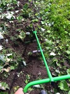 Hulhackan är ett effektivt redskap så länge det finns lite barmark mellan ogräsen. Men för finliret med att få bort ogräs som gömt sig precis invid rabarberna är det bara handarbete som gäller.