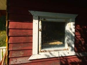 De som inte tog sig in framifrån upptäckte istället att fönstret också var en möjlighet. Fukk tragik både in och ut.