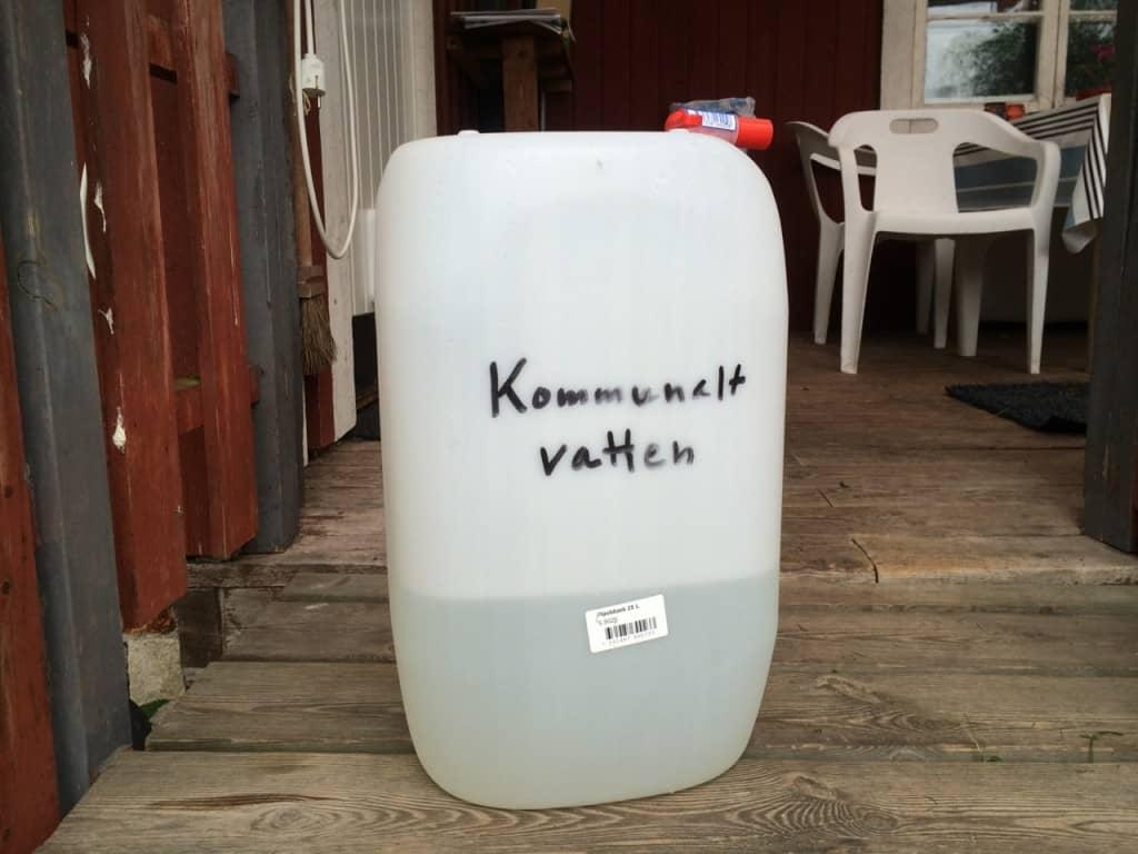 Ofta kan det vara en dyr affär att skaffa kommunalt vatten. Men den här lösningen kostade inte mer än en hundring för en dunk med kran.