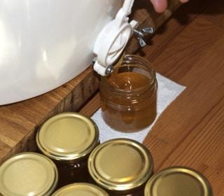 En del av min honung säljer jag som nyslunga. Då går den direkt från kupan och ner i burkarna. Enda nackdelen med detta är att den kommer at kristallisera med stora kristaller.