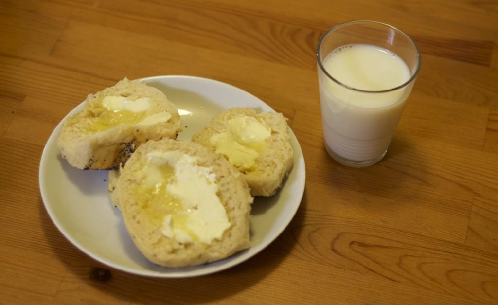 Nybakat rundstycken, tillräckligt varma för att smöret ska smälta lite grand. och till det ett glas kall mjölk. Jag är en svag människa.