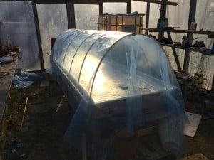 Odlingstunneln är ihopbyggd med mitt isolerade bord i växthuset. Lätt att montera och snabbt att montera ner. Allt som behöver förvaras är åtta plaströr som jag kommer att hänga på någon av väggarna.