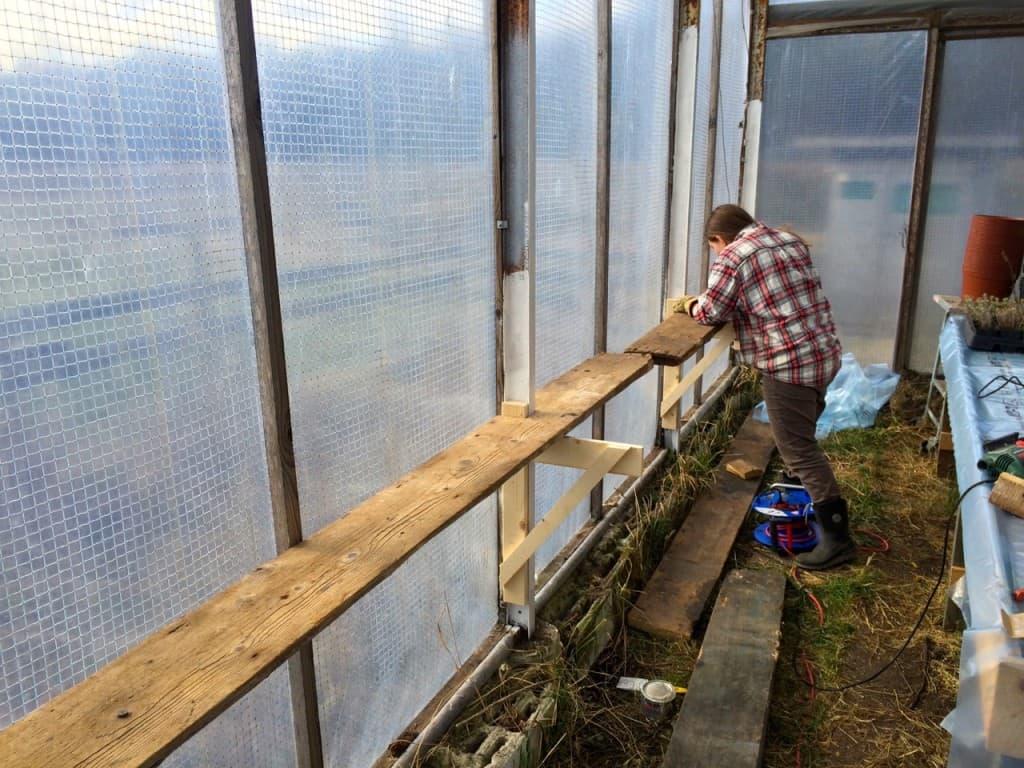 Växthusets stomme är gjord av svetsade stålreglar. Vi har målat de nedre delarna med rostskyddsfärg och håller på att passa in de gamla golvbrädorna från snickarboden.
