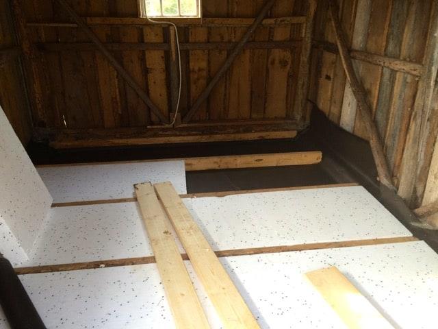 Ny vindpapp på golvet och sen 100 mm cellplast mellan reglarna.