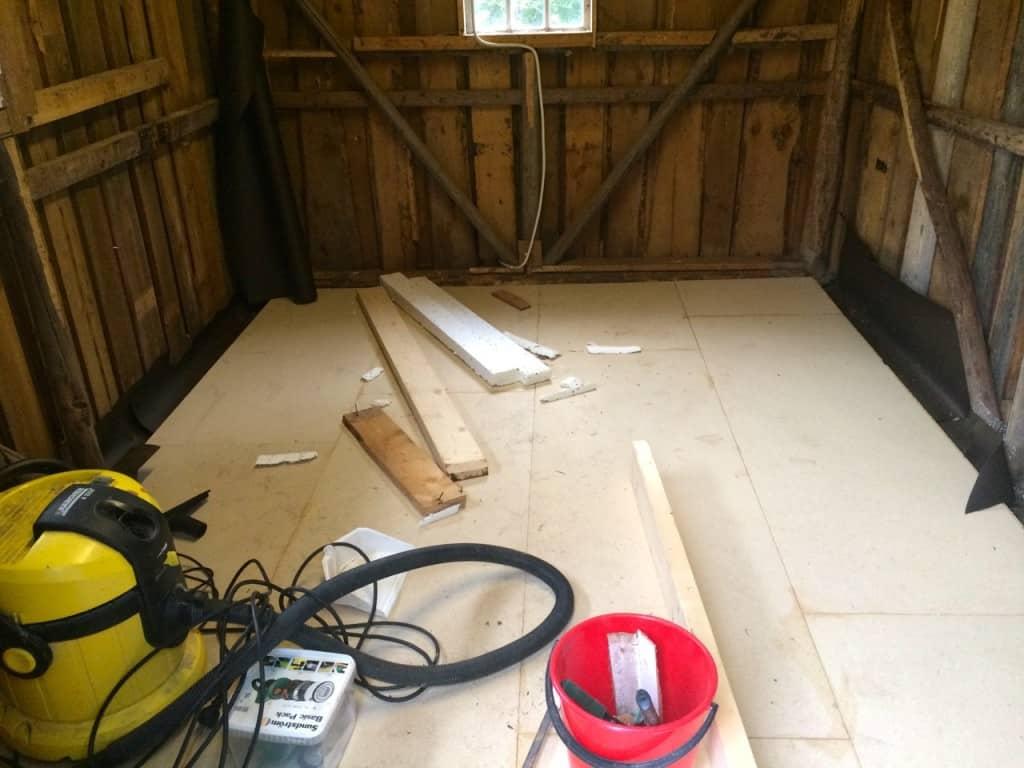 En bit kvar innan snickarboden är renoverad men nu är i alla fall golvet på plats.