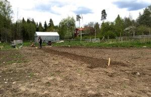 Många arbetsmoment på gården underlättas när man är två. Särskilt sådden där det är bra med extra händer.