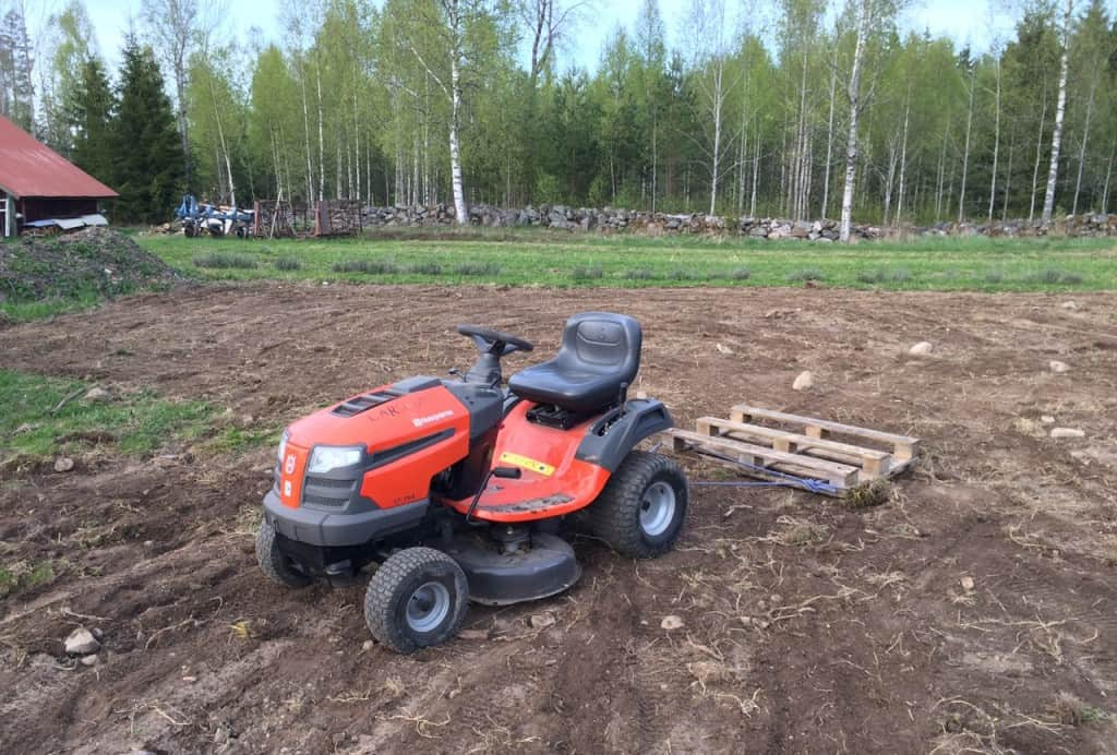 Av mina tre traktorer är det den minsta som jag använt mest. Till rena lantbruksjobb behöver man större men de flesta sysslor på en mindre gård går alldeles utmärkt att utföra med en trädgårdstraktor. Nu håller jag på att testa olika sätt att använda en lastpall för att plana ut odlingsbäddar. Det här är första försöket.