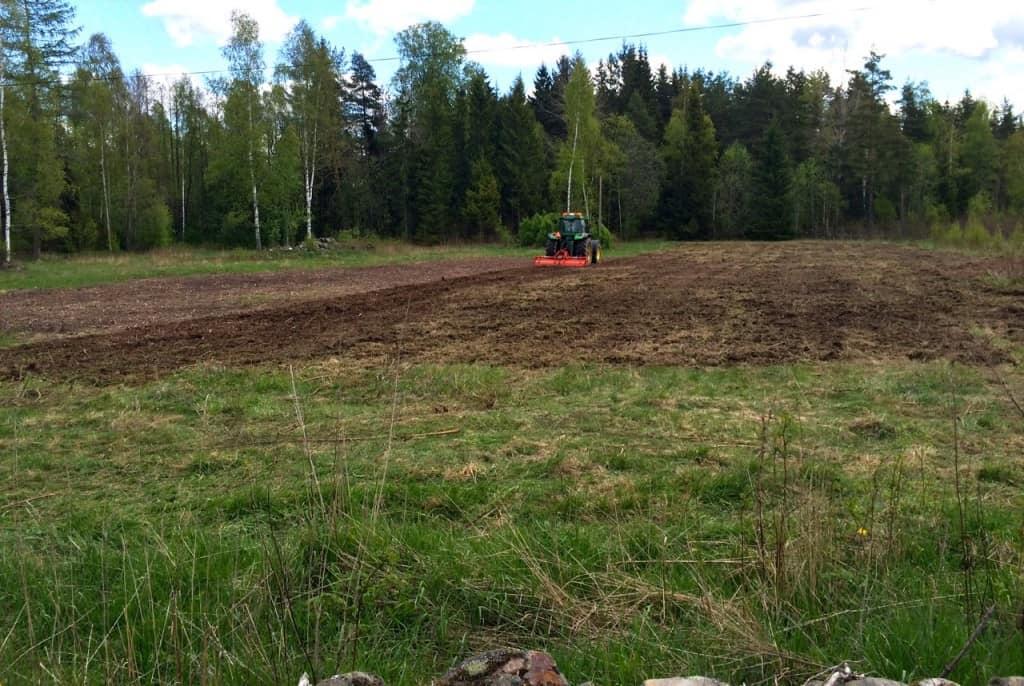 Vissa projekt kan verka evighetslånga, men när maskinerna väl är på plats så går det fort. Nu ser det ut som min plan för gröngödsling av utmarkerna kommer att förverkligas.