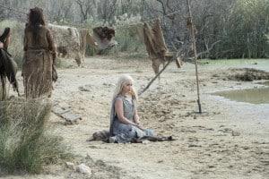 När vi lämnade Khaleesi var hon omringad av beridna krigare – good guys or bad? Allt är relativt i den här serien. Bild: HBO Nordic